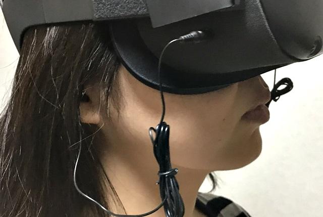 イヤホン付きOculus Questを装着